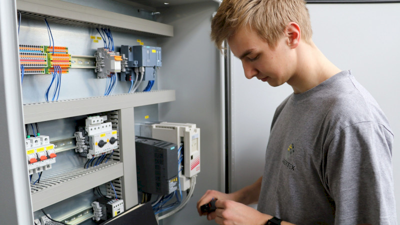 Auszubildender zum Elektroniker Fachrichtung Betriebstechnik